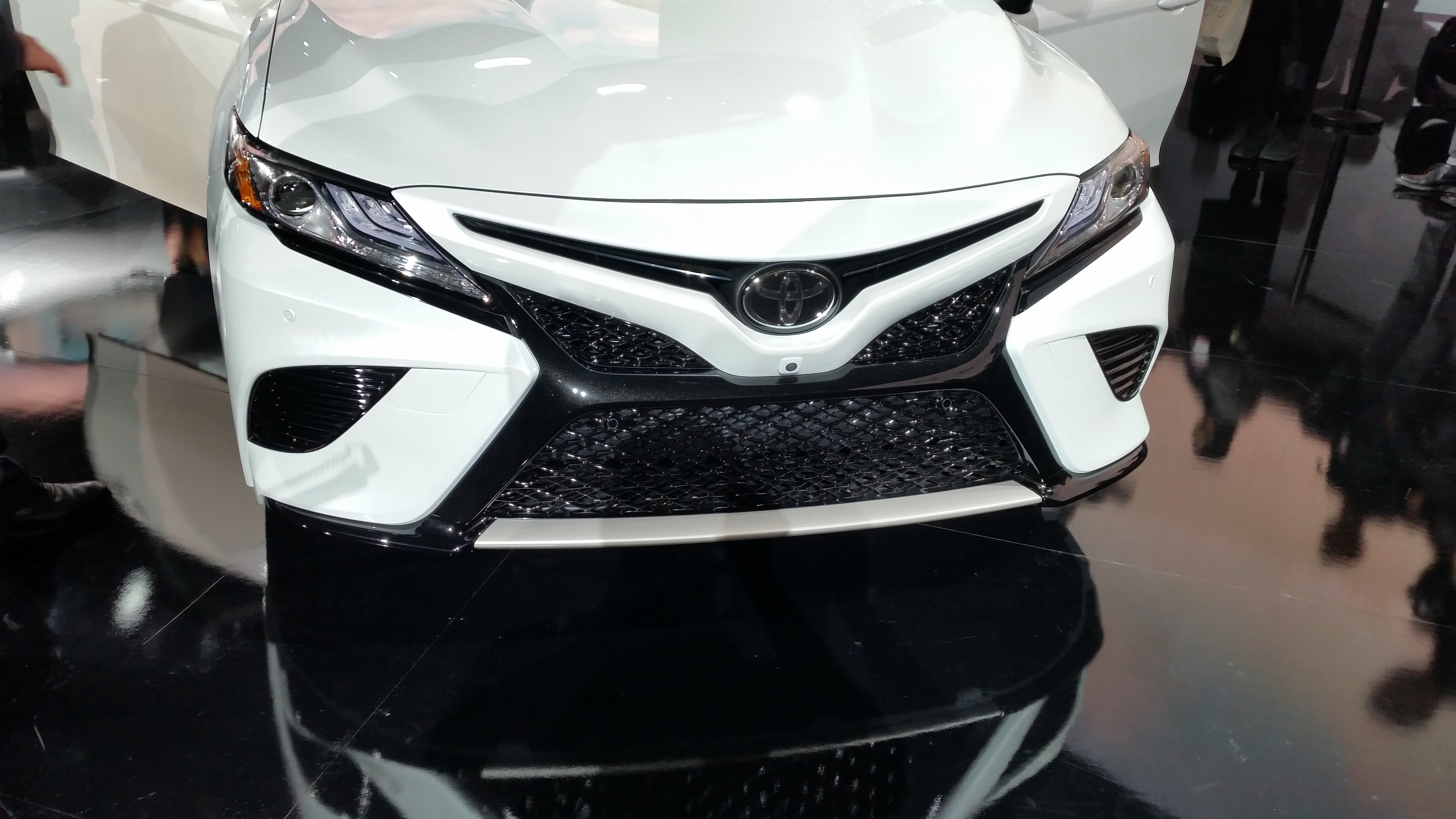 2018 toyota camry white. perfect toyota the twotone option for the 2018 toyota camry is shown john  huetterrepairer driven news and toyota camry white